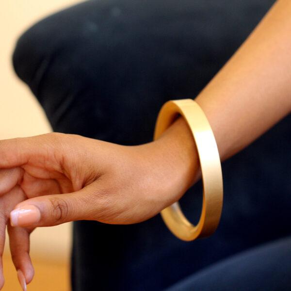 erik urbschat 18k yellow gold unrund bangle designyard contemporary jewellery gallery dublin ireland handmade avant garde jewelry design designer irish jewellers shop